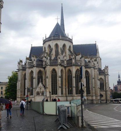 Louvain, Belgique : la chiesa di S. Pietro sul lato opposto della piazza rispetto allo Stadhius