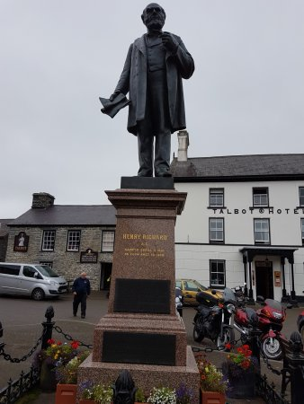 Tregaron, UK: A statue of Henry Richard in square bu Talbot Hotel
