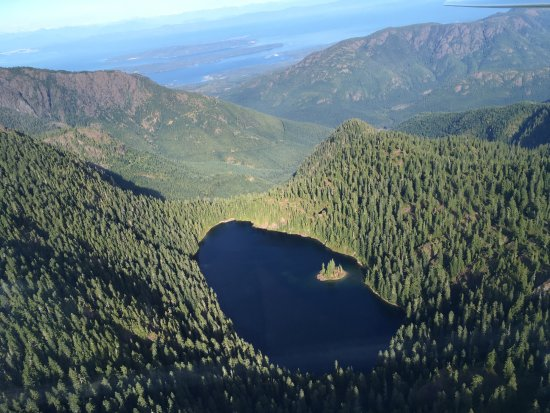 Порт-Алберни, Канада: Mountian top lake with small island.