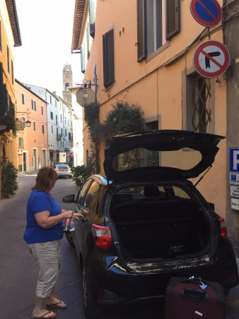 Il Giglio Hotel and Restaurant : Parking out front before check-in. Staff takes your car and parks it.