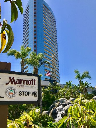 Marriott Marquis San Diego Marina: Lush tropical fountain and hotel tower from the front
