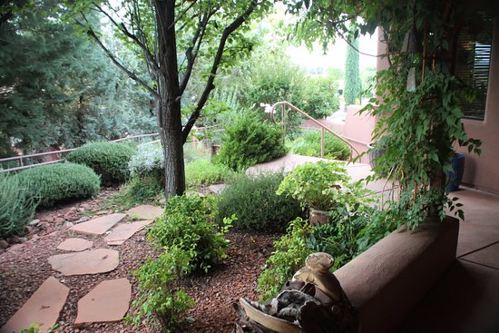 The Suites at Sedona: Front courtyard