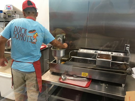 Gaithersburg, Μέριλαντ: Making our fresh donuts