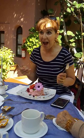 Casa Rosada Hotel: Surprise cake from the staff for birthday!