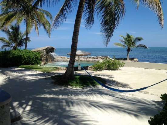 The Landings at Tres Cocos: Salt water pool beside the ocean in front of Bermuda Beach.