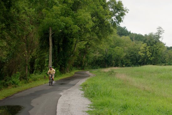 North Wilkesboro, Carolina del Norte: Most of the greenway is paved with a parallel unpaved track for runners.