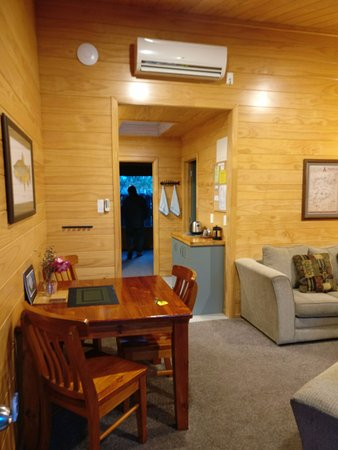 Turangi, Nova Zelândia: Living room and a small dining area - Executive suite