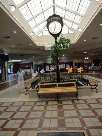 Massena, Nowy Jork: The empty mall.