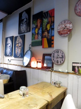 Chorleywood, UK: Nice decor and things to buy at Rootz Coffee (16/Sept/17).