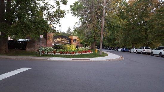Queen's Landing: hotel entrance