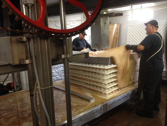 Bloomfield Hills, MI: loading crushed apples for pressing