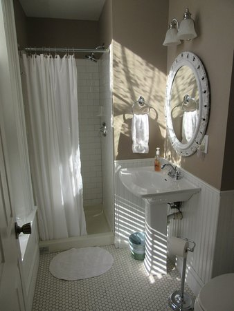 Sherman, IL: Lincoln Room Bathroom with Shower Stall
