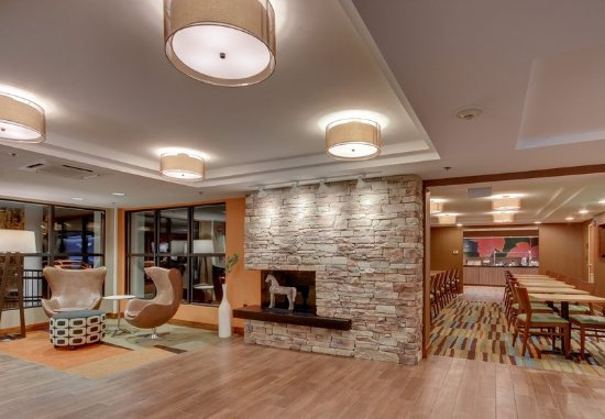 Amesbury, MA: Lobby - Seating Area