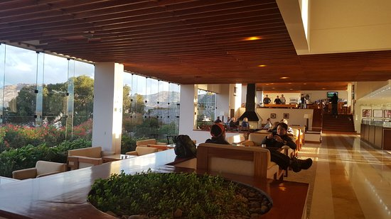 Libertador Lake Titicaca: Partial lobby view and entrance to seating and bar area.