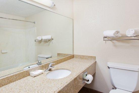 Valley, AL: Guest Bath