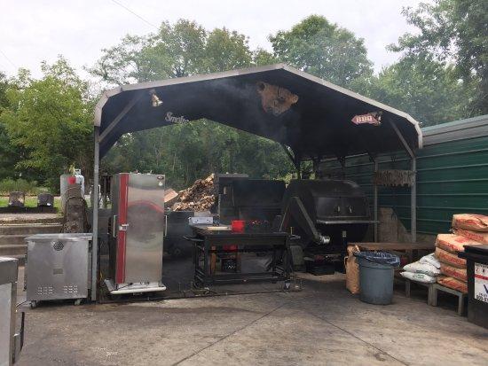 Gordonsville, VA: Behind the restaurant where the BBQ action happens...