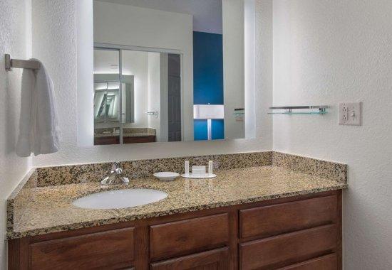 Hauppauge, NY: Suite Bathroom