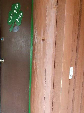 Ireland's Rustic Lodges: Front door...I borrowed broom to clean porch