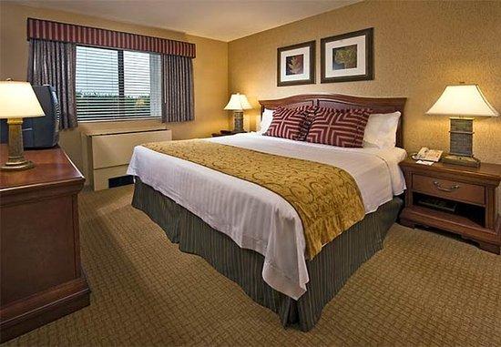 Plainview, Nova York: One-Bedroom Suite Sleeping Area