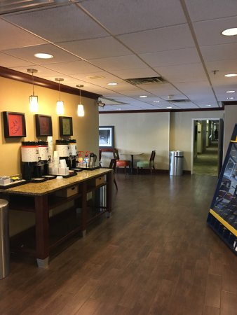 Morgantown, WV: Lobby by front desk