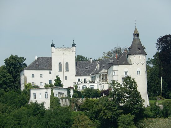 Restaurant Dionysos: View of Schloss Ottensheim Castle from our table