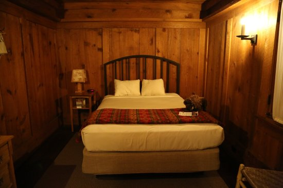 Old Faithful Inn: Queen bed without bathroom