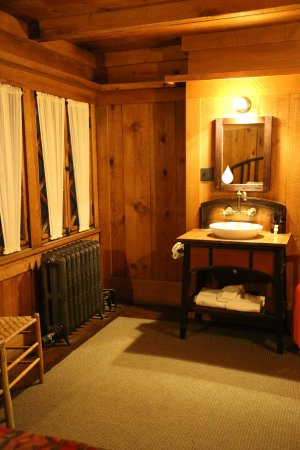 Old Faithful Inn: Washstand included in room