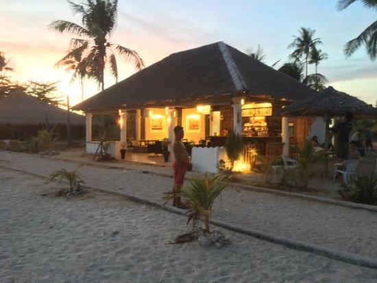 Daanbantayan, Philippines: 外から見たお店の風景