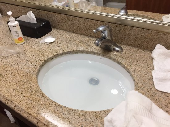 Comfort Inn & Suites Cedar City: sink of bathroom is jamed and water cannot flow down
