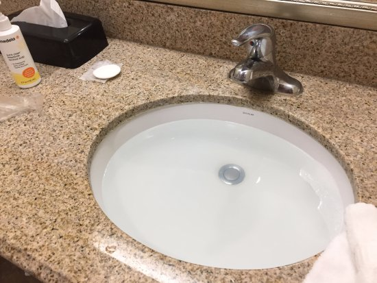 Comfort Inn & Suites Cedar City: sink is jamed and water cannot flow down
