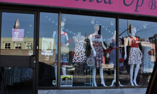 Ottawa, Kanada: We went around the block a few times to get this.  Cute clothes in the market.