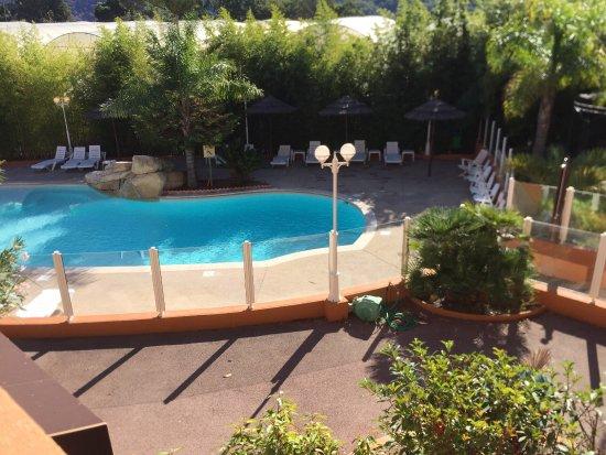 Carros, Francja: Belle piscine juste devant notre studio. Très agréable pour résider quelques jours en famille