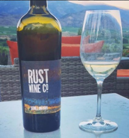 Oliver, Canadá: Drinking Rust Wine on their beautiful patio!