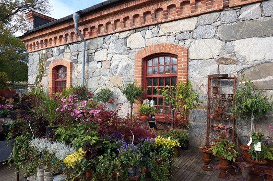 Marsta, Swedia: Trädgårdshandel i stenladan