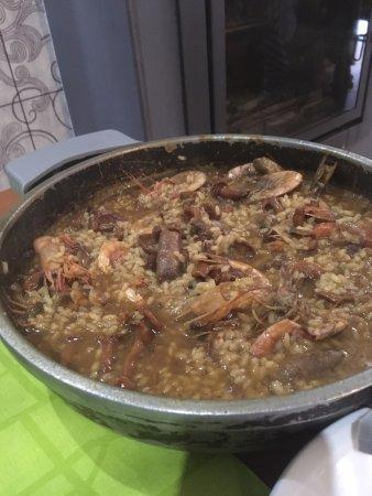 Colera, España: arroz con setas, salchichas y gambas.