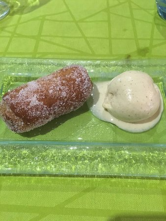 Colera, España: xuixo relleno con manzana y helado