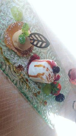 Bettolle, İtalya: panna cotta al cocco e frutta fresca con accanto sorbetto allo zenzero e pera