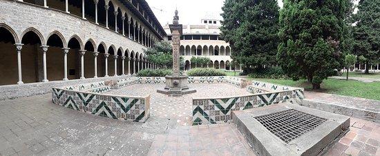 Reial Monestir de Santa Maria de Pedralbes : place à l'intérieur du cloître