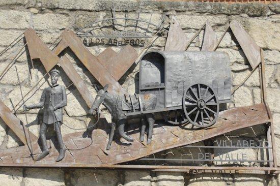 Villarejo del Valle, Spain: Monumento al pueblo . Plaza