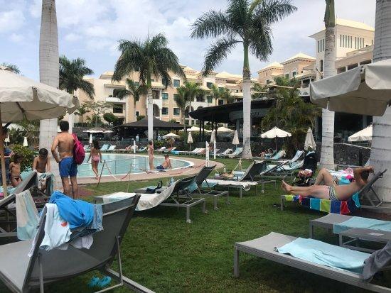 Gran Melia Palacio de Isora Resort & Spa: Piscina sin sombrillas suficientes : dicen que hay 1 cada 2 hamacas ? (Esto es solo un trozo de