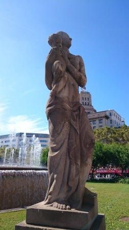 Dona amb imatge dela Mare de Deu