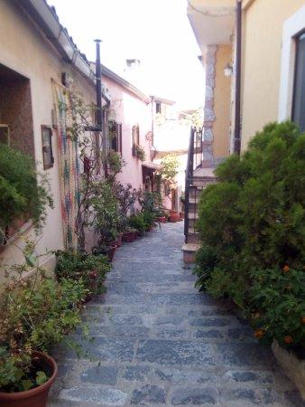 Borgo di Quartarello : una strada abitata
