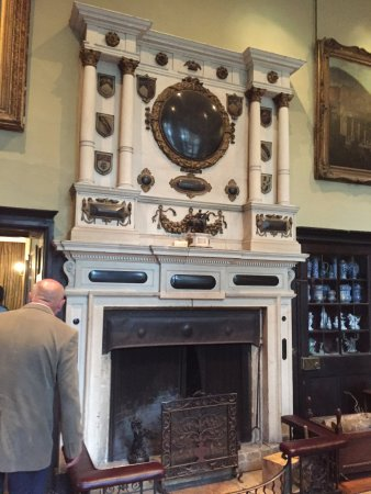 Tetbury, UK: Impressive fireplace in the Great Hall