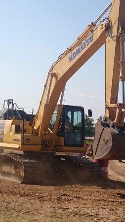 Pottsboro, Τέξας: The birthday girl driving the Komatsu excavator