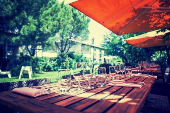 Tournefeuille, Франция: Terrasse sur jardin - La Brasserie des Pins
