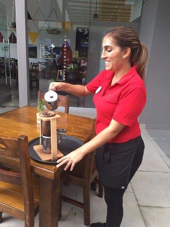 Santa Ana, Kosta Rika: Silena preparando un cafecito!