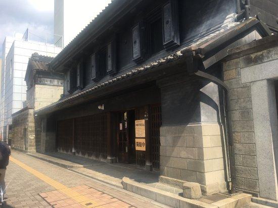 Shinohara House: 背景のビルとのコントラストが...