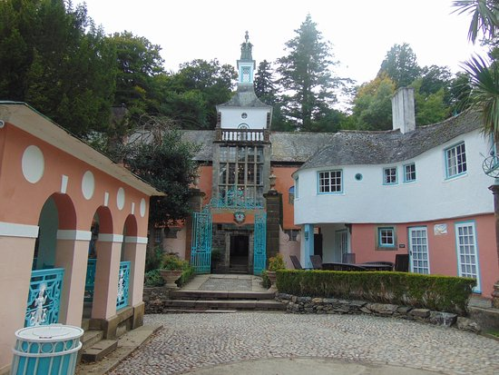 Portmeirion, UK: Looking from the garden through the gates to the town hall.