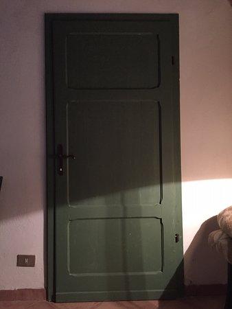 Campiglia Marittima, Italia: la porta che divideva la camera dalla vicina stanza