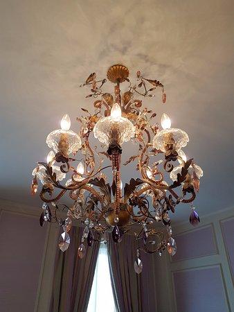 Hotel Metropole : Our room chandeleier